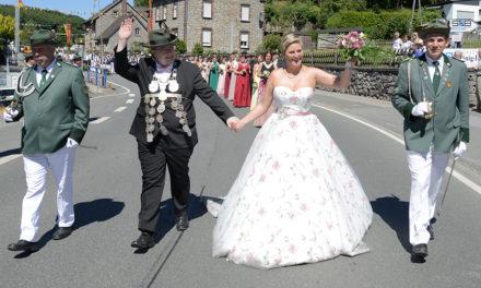 Prächtiger Beckumer Festzug: Hingucker ist Schützenkönigin Corinna