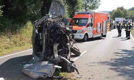 L.A.: Opel-Fahrer rast auf Bauern-Autobahn vor Baum – Hubschrauber fliegt Schwerverletzten in Klinik