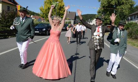 Königspaar Beckmann genießt die Ovationen der Schützenfestler