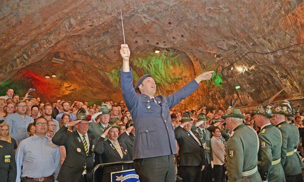 Ärgerlich: Einige Gäste haben mit hervorragendem Großen Zapfenstreich nichts am Schützenhut