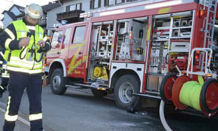 Balver Feuerwehrkameraden kämpfen auch in der Nacht gegen Feuerwalze am Wixberg