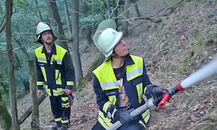 Waldbrand Altena: Balver Wehr zurück – Heute soll Löschhubschrauber zum Einsatz kommen