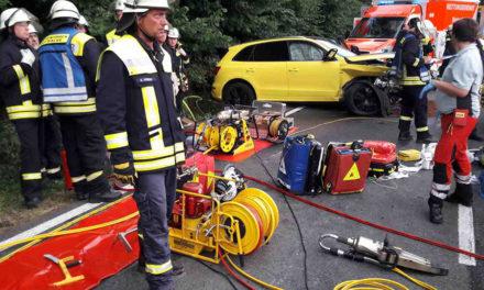 Grauenvolle Unfallbilanz nach Überholmanöver: Ein Toter und drei Schwerverletzte