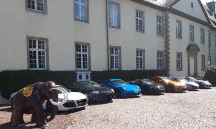 Atemberaubende Sport- und Supersportwagen vor Schloss Wocklum