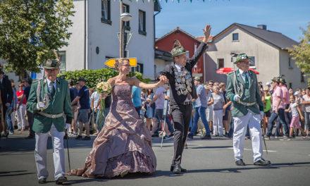 Mellen: Königspaar Schulze Tertilt strahlt im Festzug pure Lebensfreude aus