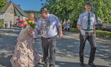 Neues Königspaar Rüth und Drees hat viel Spaß im Festzug