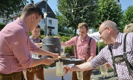 Blitzschneller Fassanstich im Garbecker Biergarten