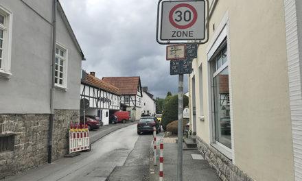 """""""Dreikönigsgasse"""": Trucker rammt Verkehrsschild und flüchtet"""