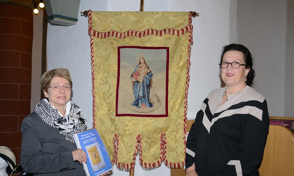 Lissy von Croy sorgt mit einer uralten KFD-Fahne für Gänsehaut