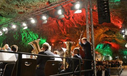 Luftwaffenmusikkorps Münster begeistert knapp 600 Besucher in der Balver Höhle