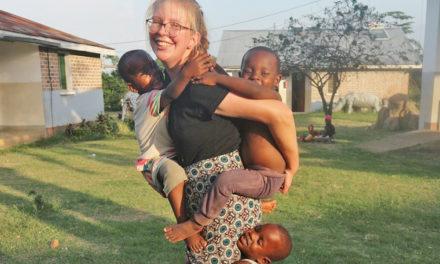 """""""Josi"""" Aengenheyster erlebt viele Glücksmomente durch 50 afrikanische Waisenkinder"""
