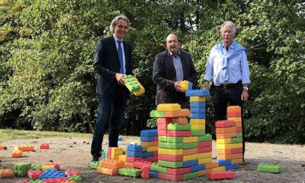 XXL-Legosteine für die Spielwiese im Sauerlandpark