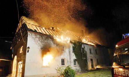 Binolen: Wohnhaus auf Hof Gierse wird ein Raub der Flammen – Feuerwehr fehlt es an Löschwasser