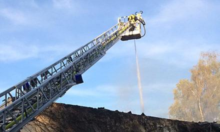 Großbrand Binolen: Abermals schlagen Flammen aus dem Wohnhaus