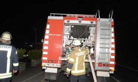 Großbrand: B 515 ist noch bis etwa 8 Uhr gesperrt – Polizei kassiert Verkehrssünder ab