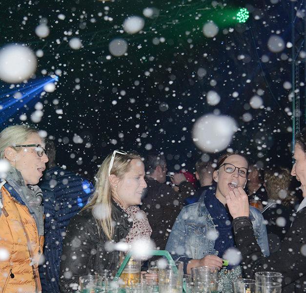 Fantastische Aprè-Ski-Party: Leise rieselt der Schnee auf 1500 laut und fröhlich feiernde Sauerländer