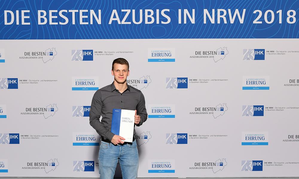 Bester Modellbau-Azubi in NRW: Ministerpräsident Laschet gratuliert Fabian Kind von der Firma Paul Müller