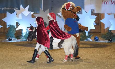 Mit vielen Highlights und hoch zu Roß die Gäste auf Weihnachten eingestimmt