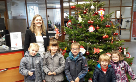 Strahlende Kinderaugen beim Schmücken des Weihnachtsbaums