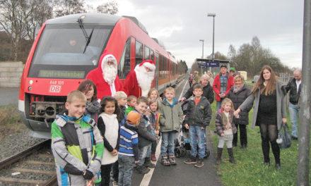 Heiligabend überrascht der Weihnachtsmann die Kinder zum 25. Mal in der Hönnetalbahn mit Süßigkeiten