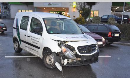 Unfall auf Kreuzung vor Raiffeisenmarkt: Keine Verletzten – aber hoher Sachschaden