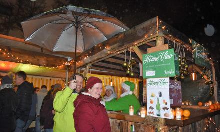Samstag Abend: Balver Weihnachtsmarkt trotz miserablem Wetter sensationell gut besucht