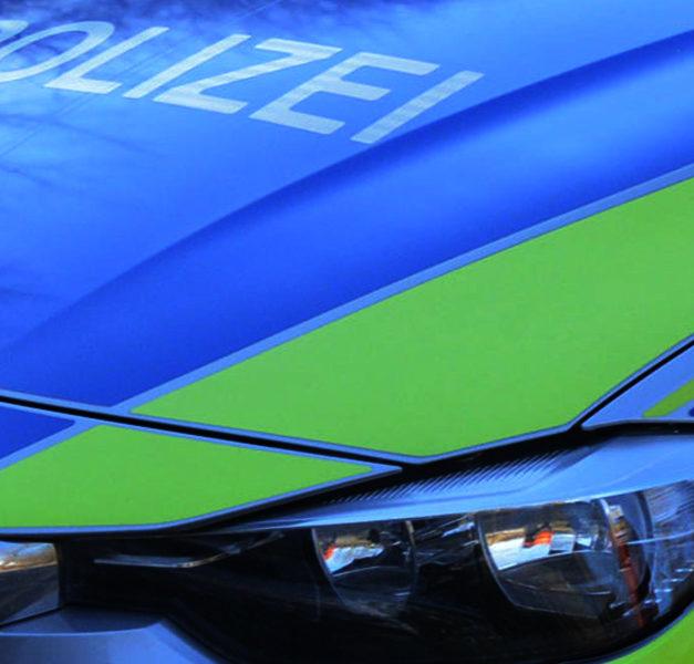 Polizei-Einsatz: Streifenwagen in Unfall verwickelt – Zwei Beamte verletzt