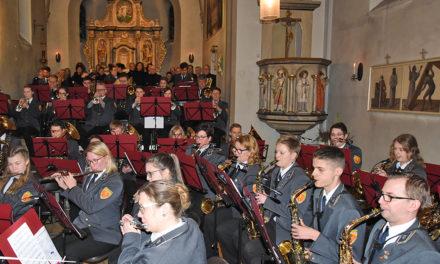 Entsetzen: Bei Kirchenkonzert in Beckum stürzt Kronleuchter von der Decke