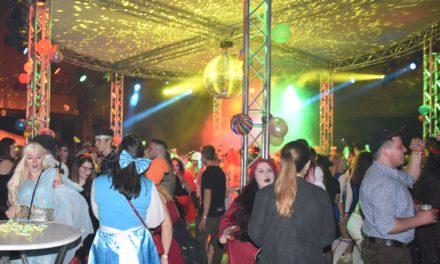 Weiberfastnachts-Party verbucht Rekord: In Küntrop feiern so viele Närrinnen wie noch nie