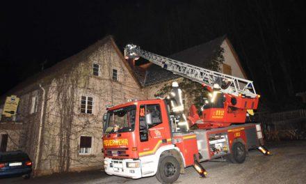 Feuerwehr Balve heute im Dauereinsatz: Schon wieder Kaminbrand in Schreinerei