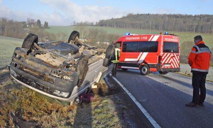 Verkehrsunfall auf spiegelblanker Straße –
