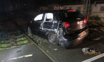 Zug rammt Pkw: Eine Person verletzt und 100.000 Euro Schaden