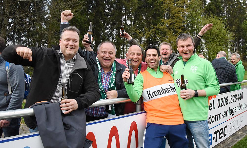 Nach 3:2-Sieg im Spitzenspiel feiern TuS-Fans Trainer Uli Mayer