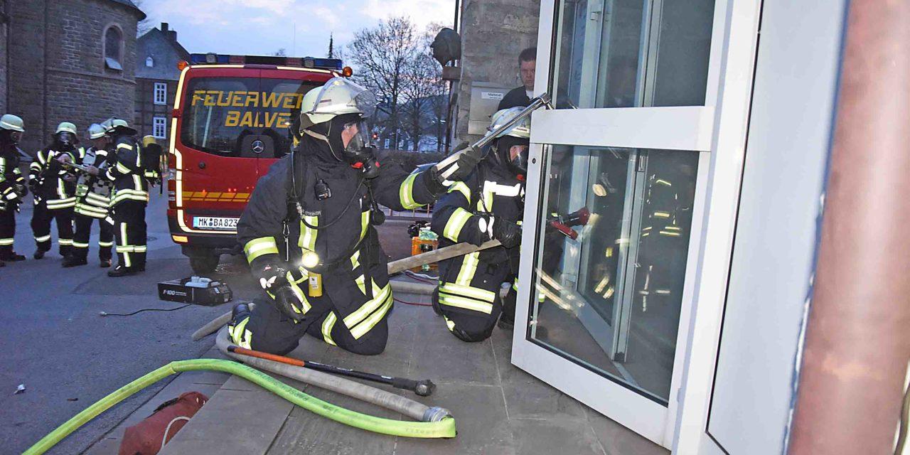 Brennendes Balver Pfarrheim große Herausforderung für Feuerwehr – Übung