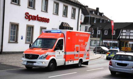 Dortmunder fährt aus Kreisel vor die Mauer – Lange Staus nach Unfall in Balve