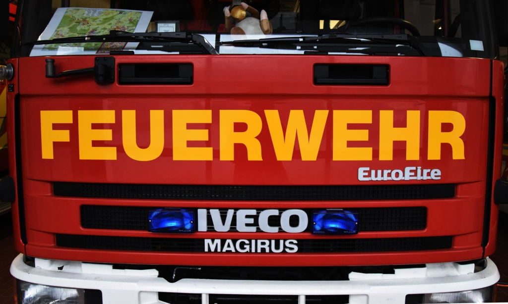 Stadtmitte Balve: Bauzaun blockiert B 229 – Feuerwehr im Einsatz