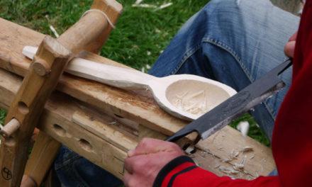 Arbeiten mit frischem Holz an der Luisenhütte