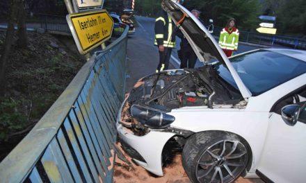 Unfall B 515: Vor Brückengeländer gerast – Fahrer vor der Polizei auf der Flucht