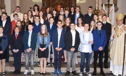 Weihbischof Dr. Meier firmt und plaudert im Balver Dom
