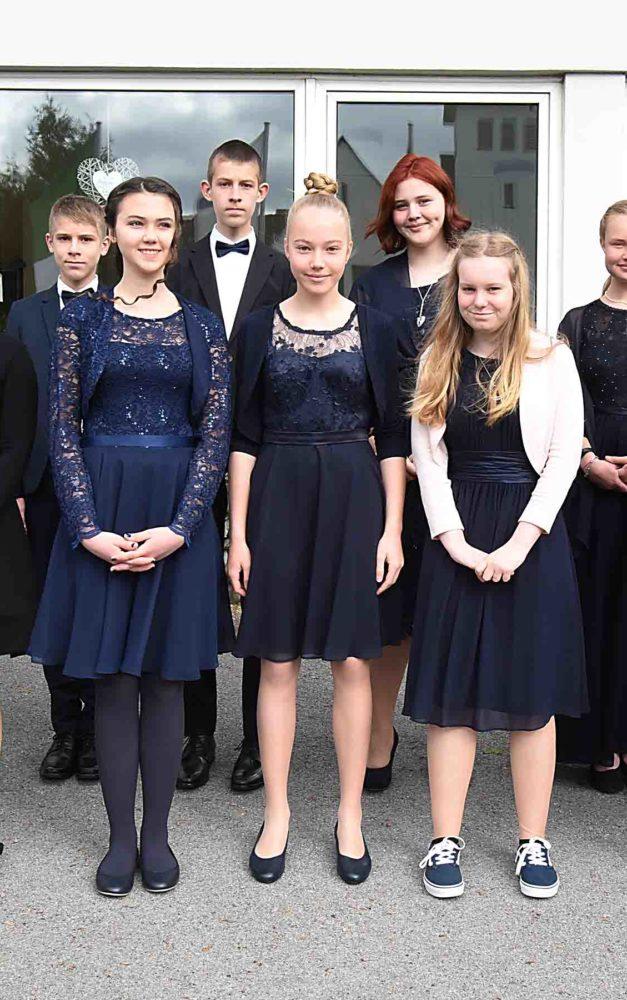 Pfarrerin Kastens segnet 14 Konfirmandinnen und Konfirmanden ein – Geschenk: Extravagante Kreuzkette