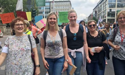 Kita-Chefin Insa Schmoll und drei Kolleginnen demonstrieren in Düsseldorf