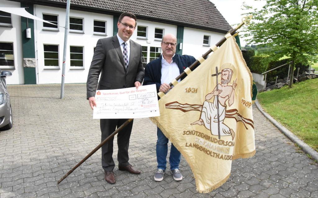 Bruderschaft L.A.: 30 Jahre alte Fahne ein Prachtexemplar – Sparkasse spendet 1.000 Euro für Restaurierung