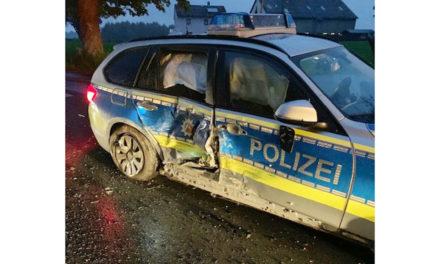 22-Jährige rast in Streifenwagen – Fahrerin schwer verletzt