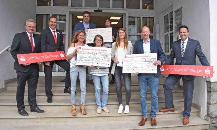 Sparkassen Jubiläums Challenge: Drei Balver Vereine jubeln über 4.000 Euro