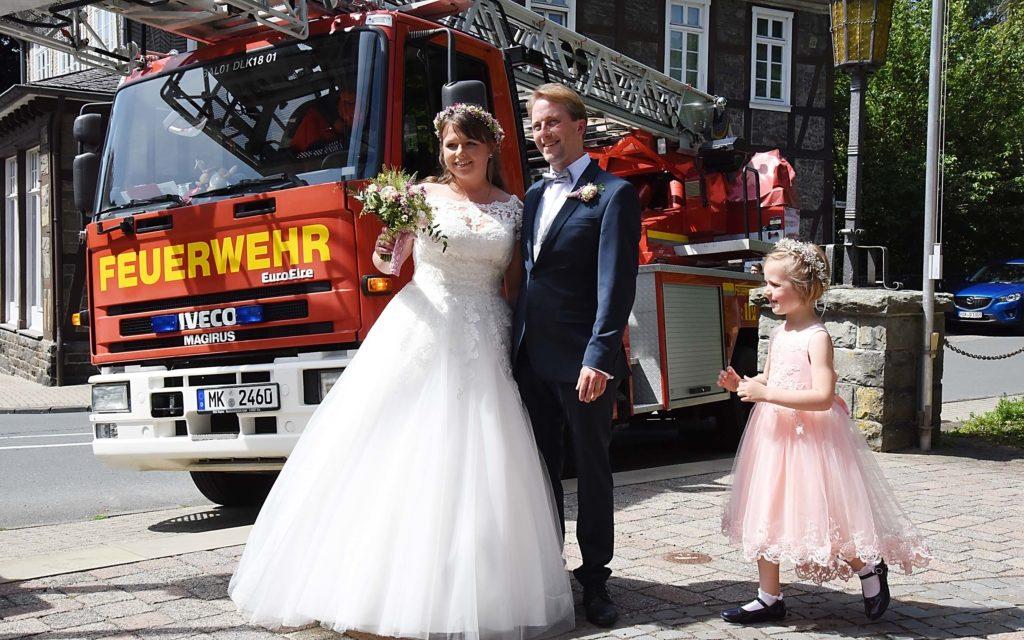 """IMPRESSIONEN: Feuerwehr Balve freut sich mit strahlendem Hochzeitspaar Dominik und """"Franzi"""" Hoffmann"""