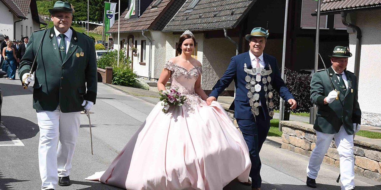 FOTOGALERIE: Tolle Queen Evelina I. ist Farbtupfer beim Festzug in Volkringhausn