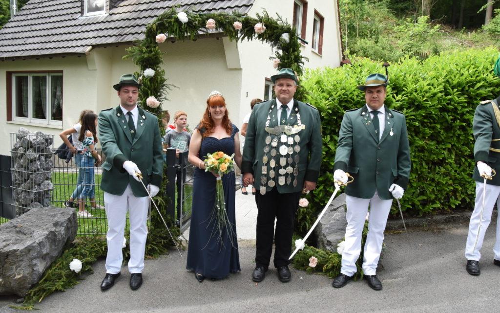 Festzug-Impressionen: Königspaar Noll in vollem Ornat – Hofstaat in Jeans