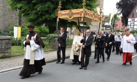 FOTOGALERIE: Balver Katholiken präsentieren an Fronleichnam das Allerheiligste