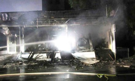 Geschäftshaus in hellen Flammen – 16 Anwohner evakuiert