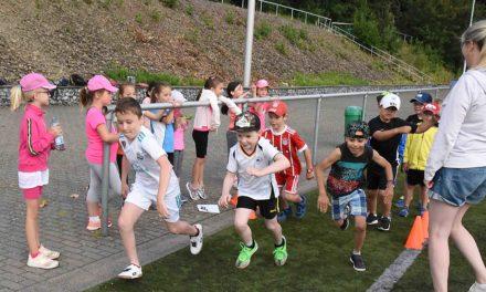 Bundesjugendspiele GS Garbeck: Hexe stoppt die Schulleiterin – aber nicht die begeisterten Kinder
